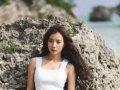 王珞丹寻爱大片 冲绳海岸散发女性魅力