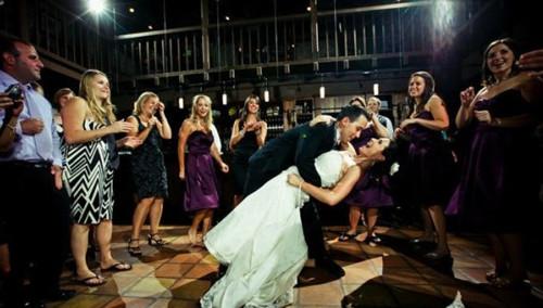 外国另类婚礼舞蹈 新郎和妈妈配合默契有技巧
