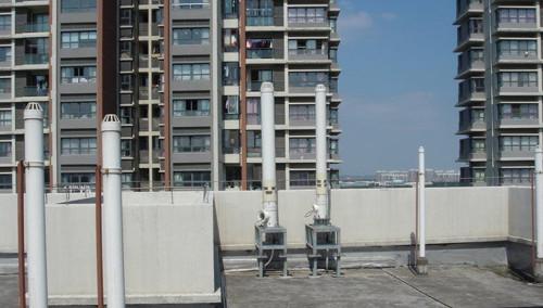 长沙海利科苑家园 两栋楼顶装18根发射器