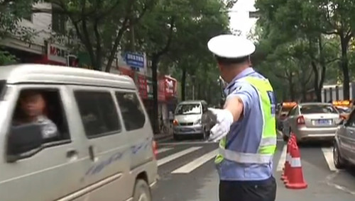 2014高考·邵阳:考生走错考场 交警驱车送考