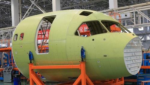 首架国产大客机C919机头部段下线
