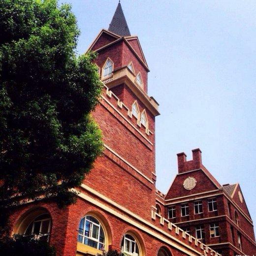 红砖墙,尖屋顶,大钟楼