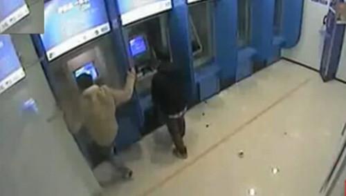 醉酒操作卡被吞 男子怒砸ATM机