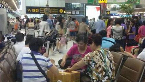 大妈泰国曼谷机场打牌遭批 网友:你不懂大妈的任性