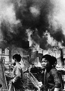 日军肆意屠杀平民4秒投一炸弹