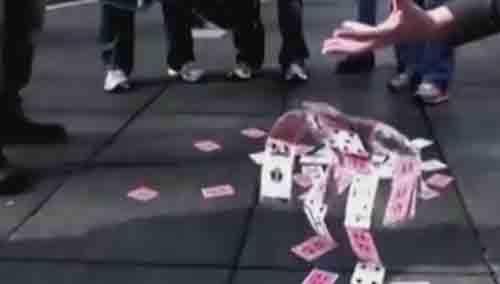 神奇扑克牌 自动组装成人能走路