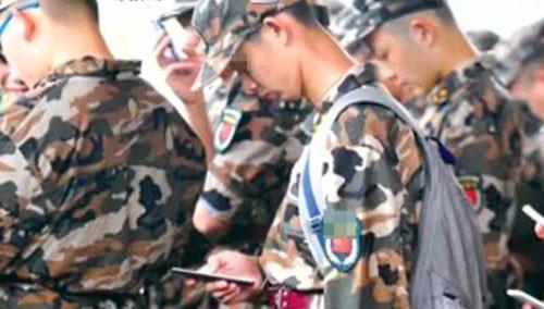防止军训玩手机 颠着手机练正步